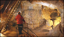 Mann besichtigt die Tiefenhöhle