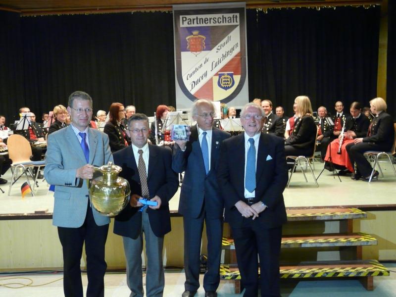 Bürgermeister Werner mit Gastgeschenk aus Ducey