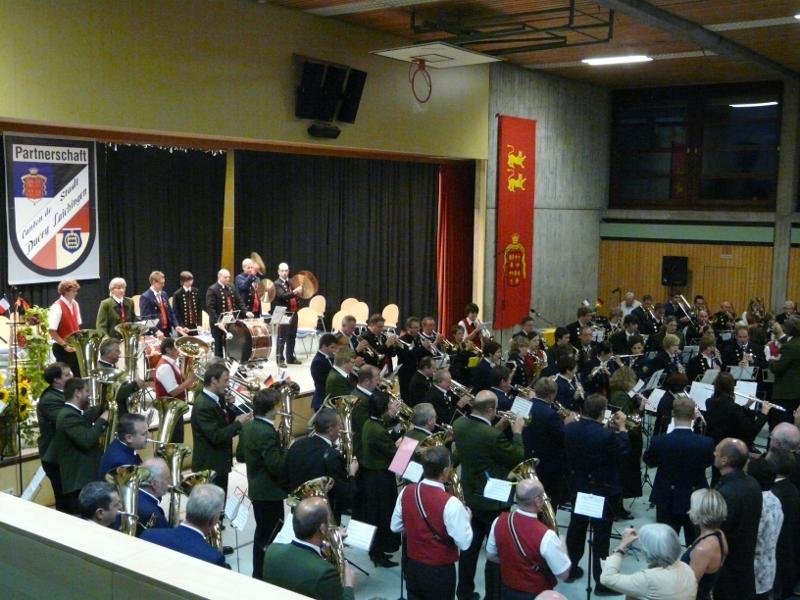 Musikkapellen spielen die Nationalhymnen