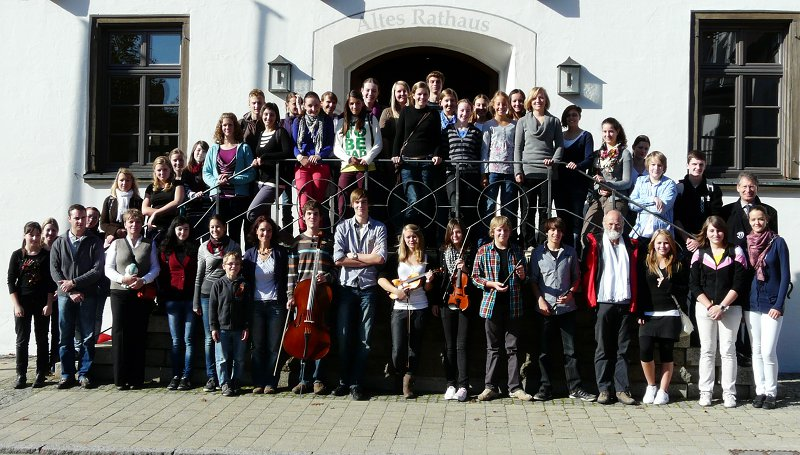 Die tschechischen und deutschen Schüler mit Lehrern und Bürgermeister Werner vor dem Alten Rathaus