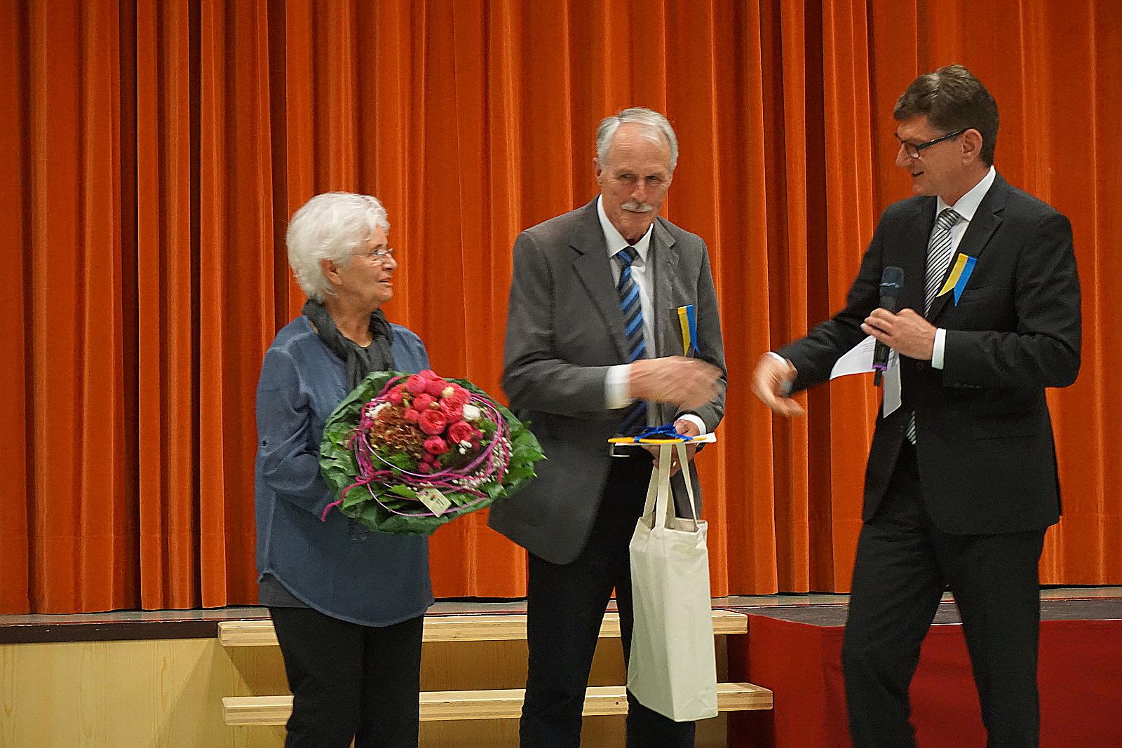 Bürgermeister Klaus Kaufmann dankt dem langjährigen Stadtarchivar Friedrich Oelhafen und seiner Ehefrau