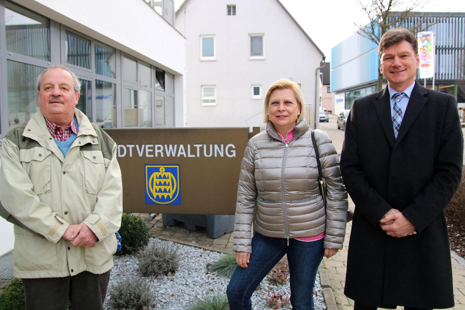 vlnr. Walter Schreyer, Vorsitzender des SPD-Ortsvereins Laichingen, Hilde Mattheis, Mitglied des Bundestags, Bürgermeister Klaus Kaufmann