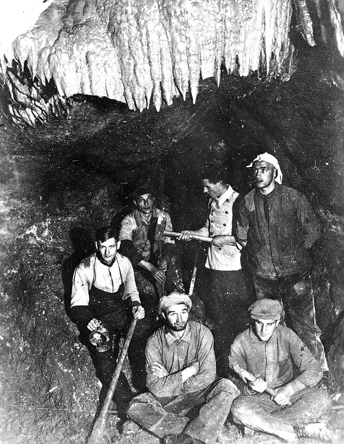 Grabung 1935 in der Tiefenhöhle (in der Sächsischen Schweiz), um Wege für Besucher anzulegen