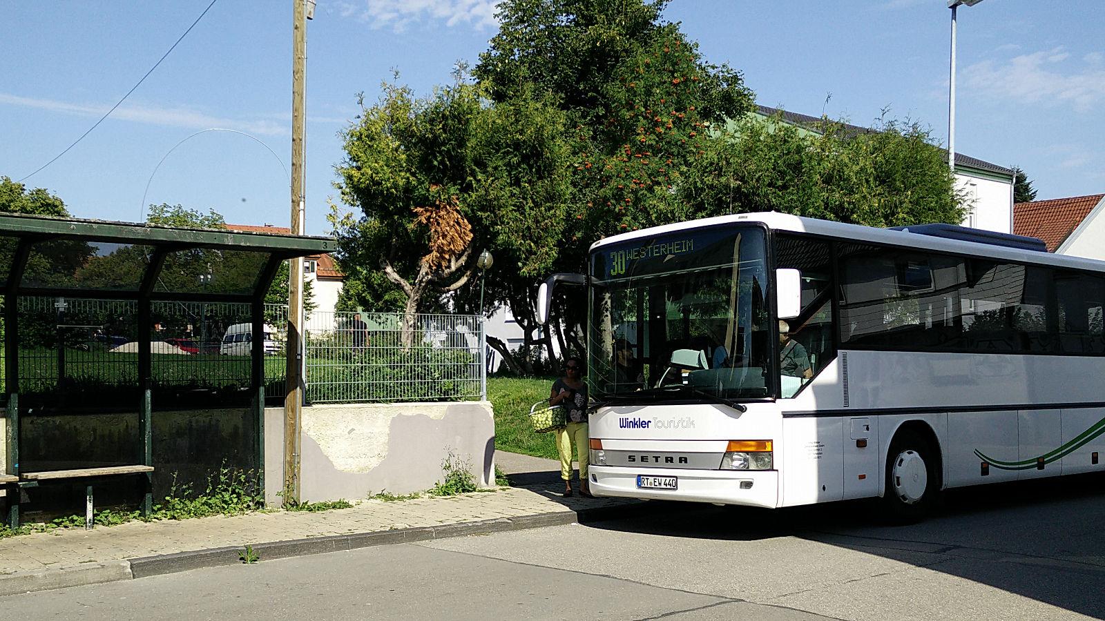 Bus Linie 30 an der Haltestelle Gartenstraße, Laichingen