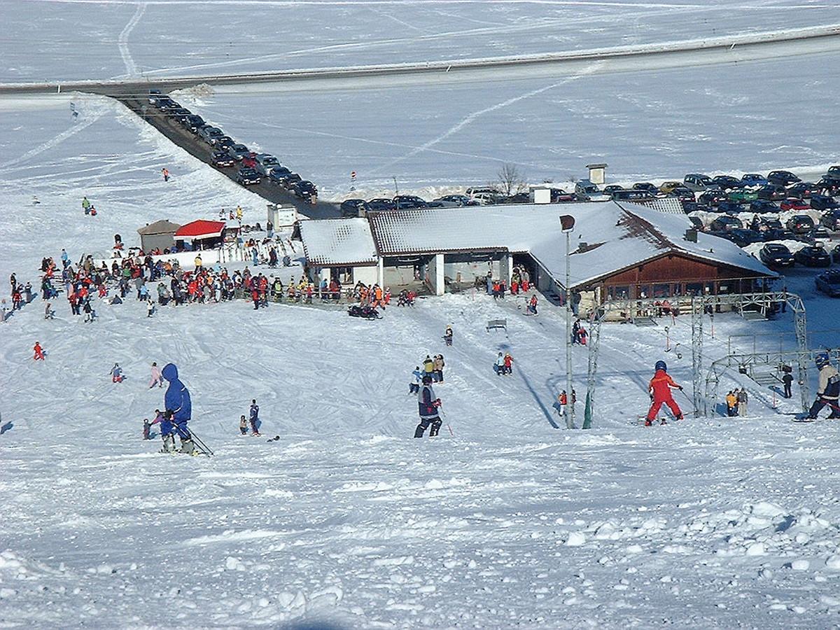 Skilift Laichingen - Blick herab auf die Piste und das Lift- und Gaststättengebäude
