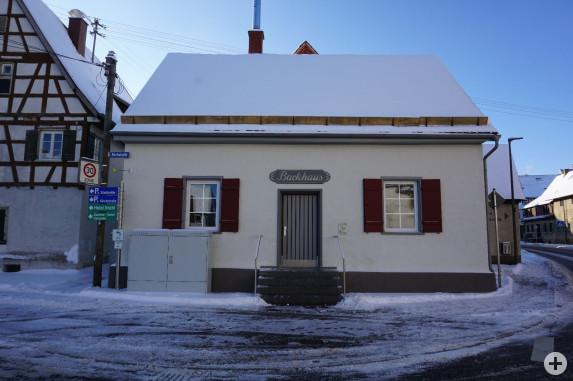 Bild vom renovierten Laichinger Backhaus mit Schnee auf dem Dach