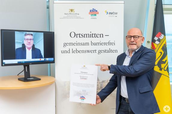 Urkundenübergabe der Stadt Laichingen von Martin Stollberg Ortsmitten gemeinsam barrierefrei und lebenswert gestalten