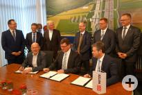Verkehrsminister Winfried Hermann, der Laichinger Bürgermeister und Verbandsvorsitzende Klaus Kaufmann und der Vorstand der DB Netz AG, Dirk Rompf und  unterzeichnen den Realisierungs- und Finanzierungsvertrag
