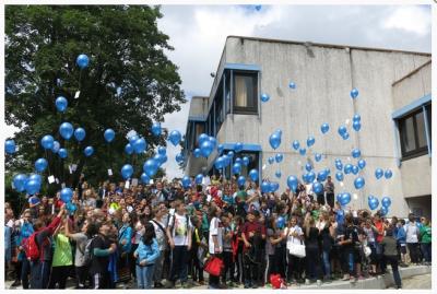 Schüler mit Luftballons