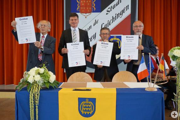 Präsentation der unterschriebenen Urkunden zur Bekräftigung der deutsch-französischen Städtefreundschaft
