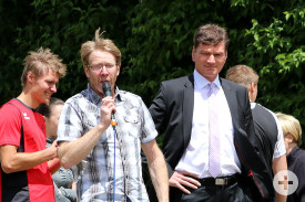 Bürgermeister Klaus Kaufmann und Joachim Hahnelt, Abteilungsleiter Turn- und Leichtathletikabteilung