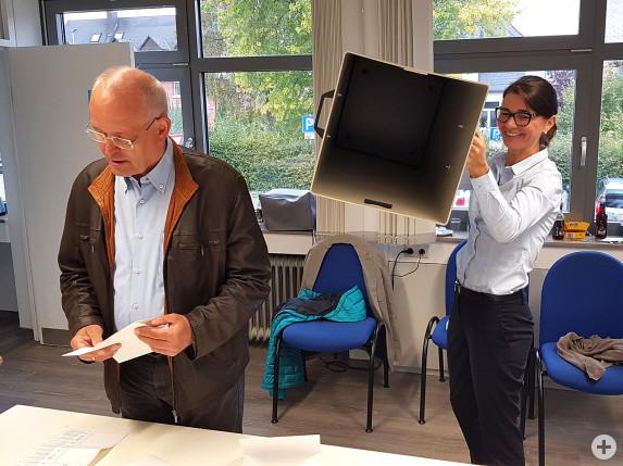 Die Wahlurne ist leer, die Stimmzettel liegen bereit zur Auszählung